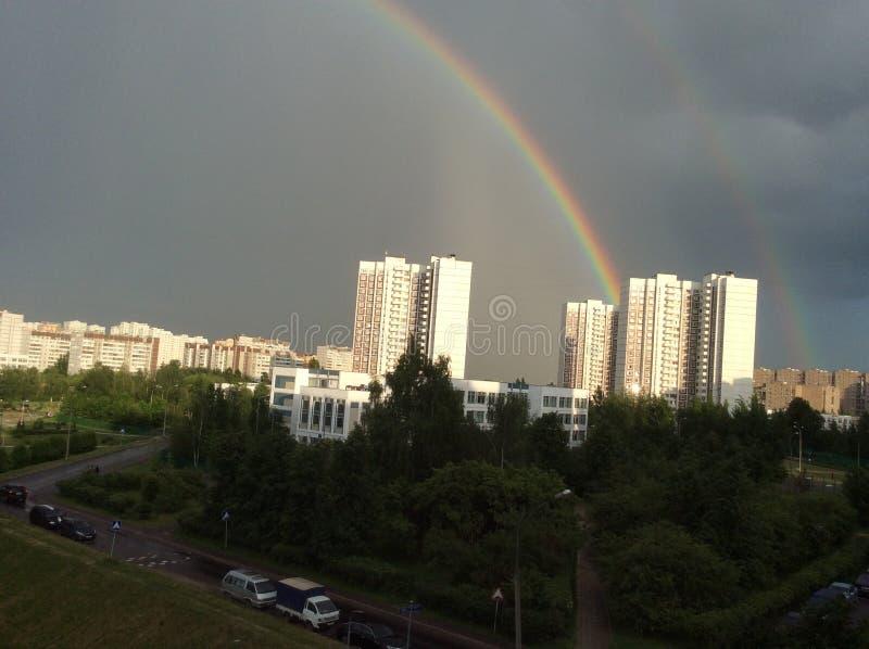 El fenómeno del arco iris sobre la ciudad provincial de Zelenograd en la región de Moscú imagenes de archivo