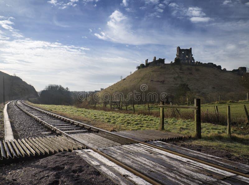 El ferrocarril corre alrededor de ruinas medievales viejas del castillo en el lan del campo imagenes de archivo