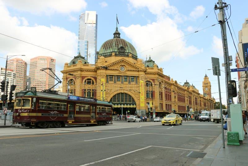 El ferrocarril de calle del Flinders (1910) en el CBD de Melbourne sirve la red de carril metropolitana entera imagenes de archivo