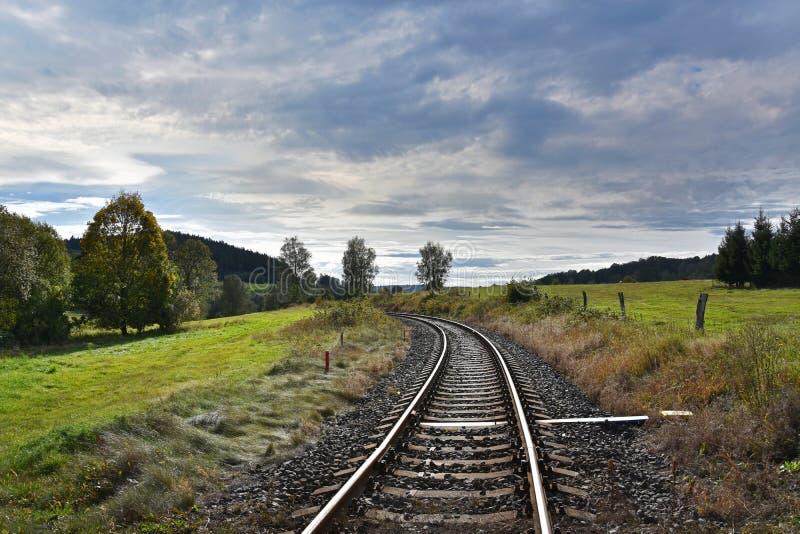 El ferrocarril en el campo tiene imágenes fotos de archivo