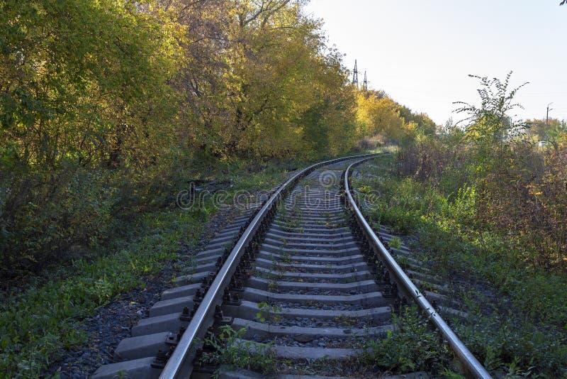 El ferrocarril en el otoño imagen de archivo