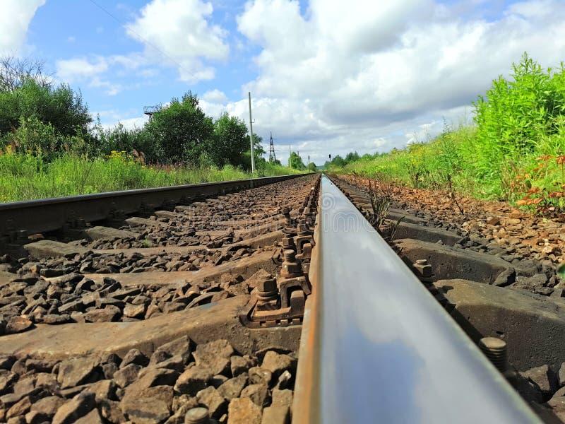 El ferrocarril entra la distancia fotos de archivo libres de regalías