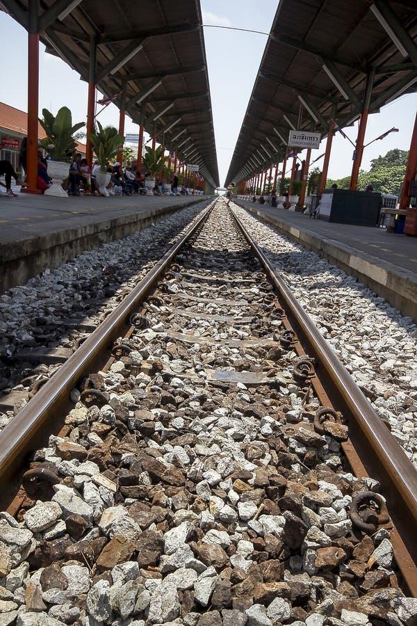 El ferrocarril es una ruta para transportar mercancías y a pasajeros imagenes de archivo