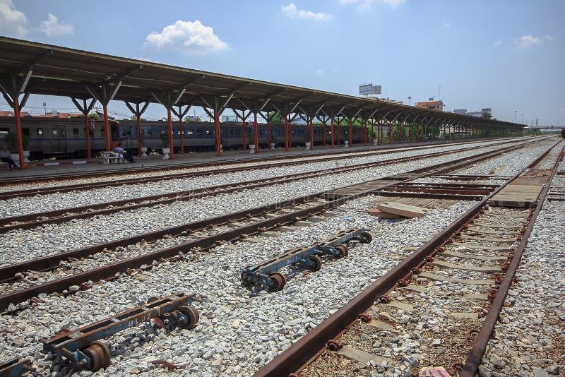 El ferrocarril es una ruta para transportar mercancías y a pasajeros imágenes de archivo libres de regalías