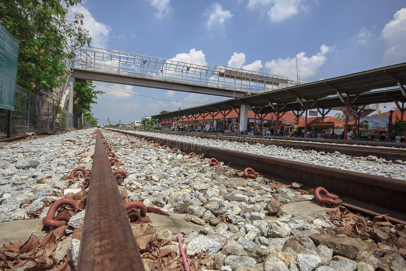 El ferrocarril es una ruta para transportar mercancías y a pasajeros foto de archivo