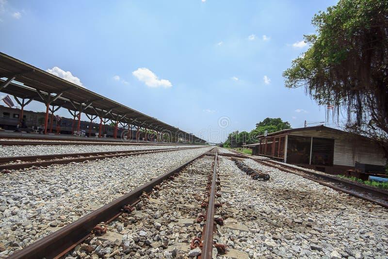El ferrocarril es una ruta para transportar mercancías y a pasajeros imagen de archivo libre de regalías