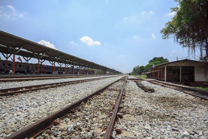 El ferrocarril es una ruta para transportar mercancías y a pasajeros foto de archivo libre de regalías