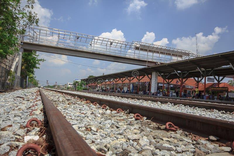 El ferrocarril es una ruta para transportar mercancías y a pasajeros fotos de archivo libres de regalías