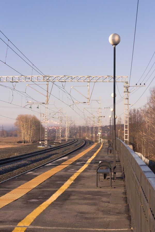 El ferrocarril por la mañana temprana de la primavera imagen de archivo