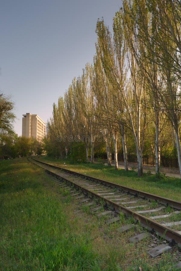 El ferrocarril va al edificio alto brillante imagen de archivo