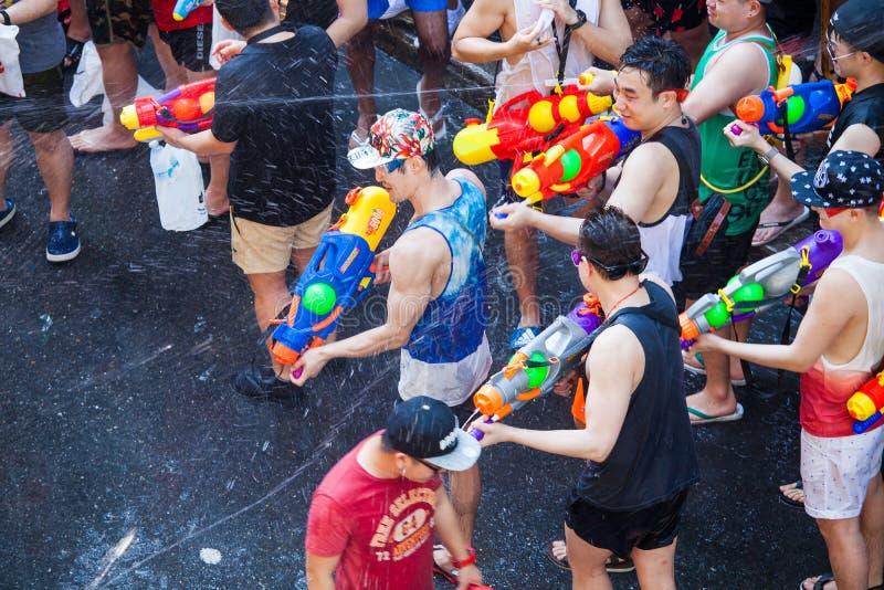 El festival de Songkran en Silom, Bangkok Celebre el A?o Nuevo tradicional tailand?s fotos de archivo libres de regalías
