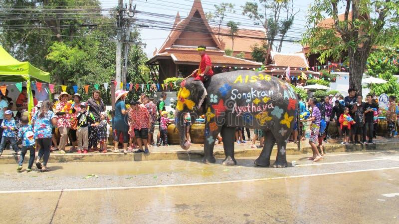 El festival de Songkran se celebra con los elefantes en Ayutthaya fotos de archivo