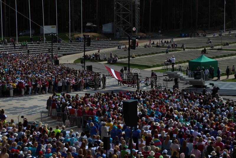 El festival letón de la canción y de la danza en Riga, Letonia Bandera letona El aumento de la bandera letona foto de archivo libre de regalías
