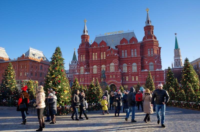 El festival Moscú sazona - los árboles de navidad y la decoración festiva, Moscú, Rusia imagenes de archivo