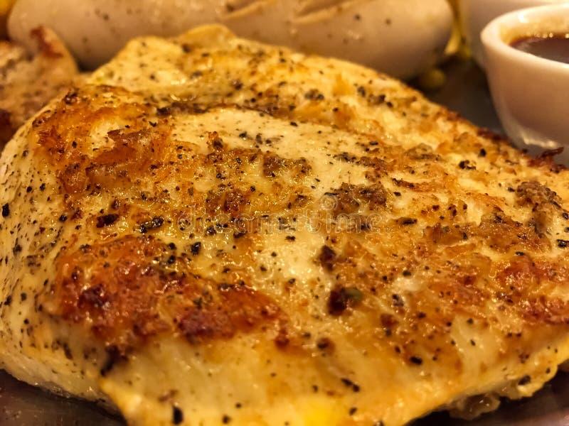 El filete asado a la parrilla del pollo con la salsa de la salsa, allí es patatas fritas y ensalada con la salsa cremosa en acomp fotos de archivo