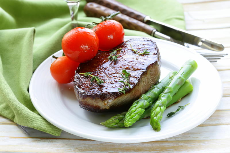 El filete de carne de vaca asado a la parrilla de la carne con la verdura adorna fotos de archivo libres de regalías