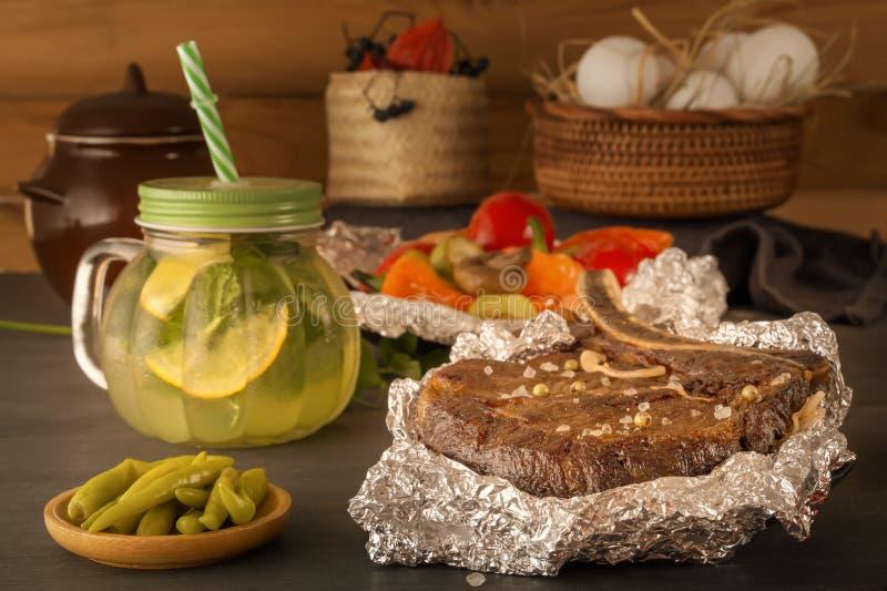 El filete de la carne coció en hoja y verduras cocidas con los pimientos picantes conservados en vinagre y la taza cocida al vapo foto de archivo libre de regalías