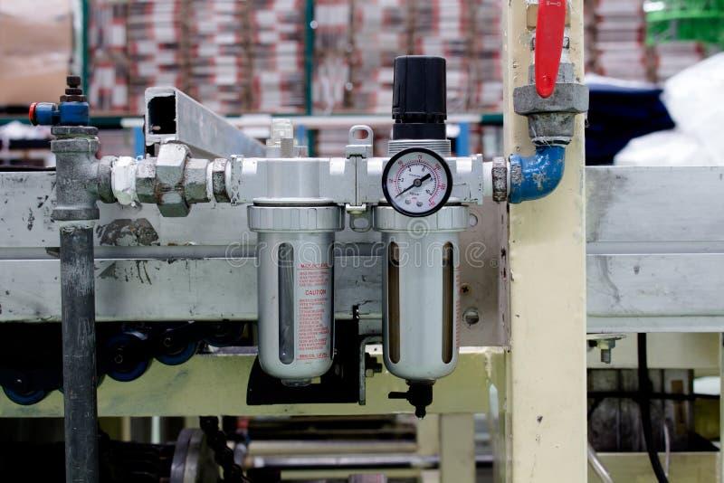 El filtro de aire usado en sistema neumático fotografía de archivo libre de regalías