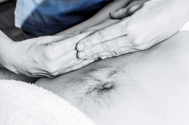 El fisioterapeuta está haciendo una activación del diafragma Masaje imagenes de archivo