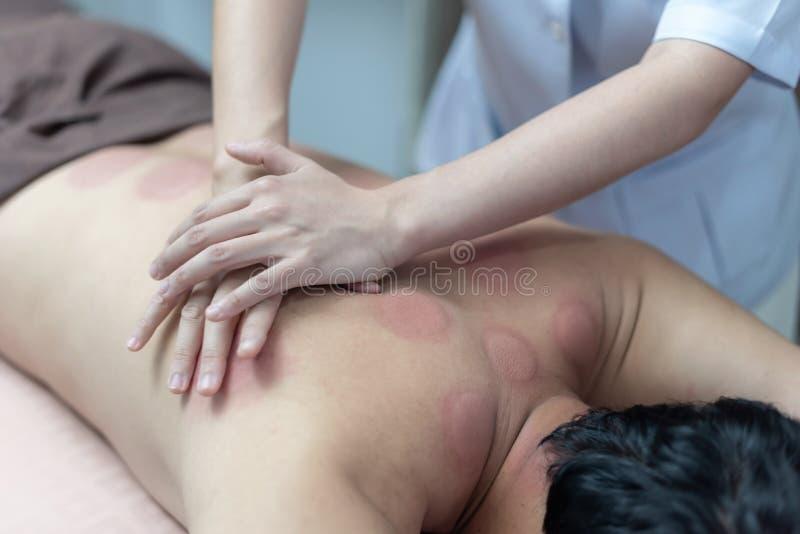 El fisioterapeuta est? comprobando para saber si hay anormalidades del cuerpo af fotos de archivo libres de regalías