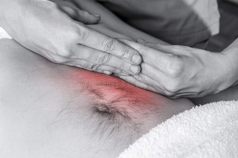 El fisioterapeuta, quiropráctico está haciendo una activación del diafragma Masaje a un paciente del hombre osteopathy imagen de archivo libre de regalías