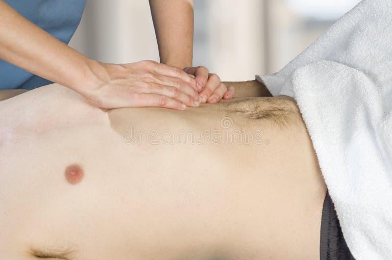 El fisioterapeuta, quiropráctico está haciendo una activación del diafragma Masaje a un paciente del hombre osteopathy foto de archivo