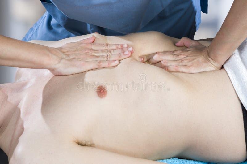 El fisioterapeuta, quiropráctico está haciendo una activación del diafragma Masaje a un paciente del hombre osteopathy imágenes de archivo libres de regalías