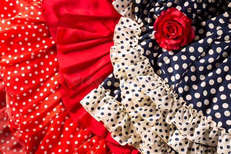 El flamenco se viste en azul rojo con el punto y la rosa del rojo fotografía de archivo