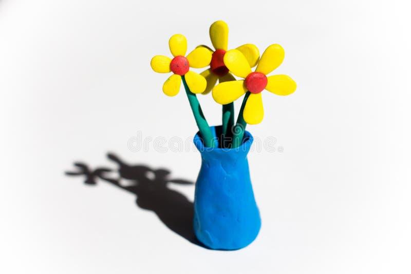El florero azul se hace del plasticine fotografía de archivo libre de regalías