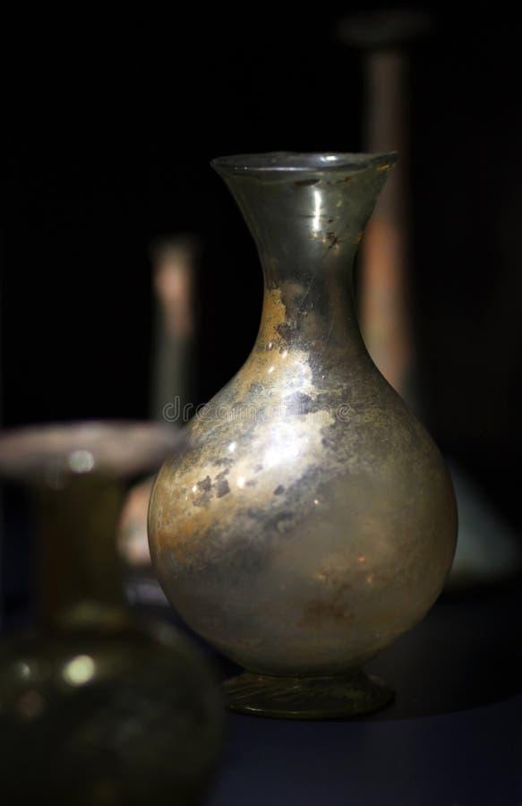 Download El Florero De Cristal De Las Edades Avanzadas Que Se Coloca En La Oscuridad Foto de archivo - Imagen de edad, edades: 44855184