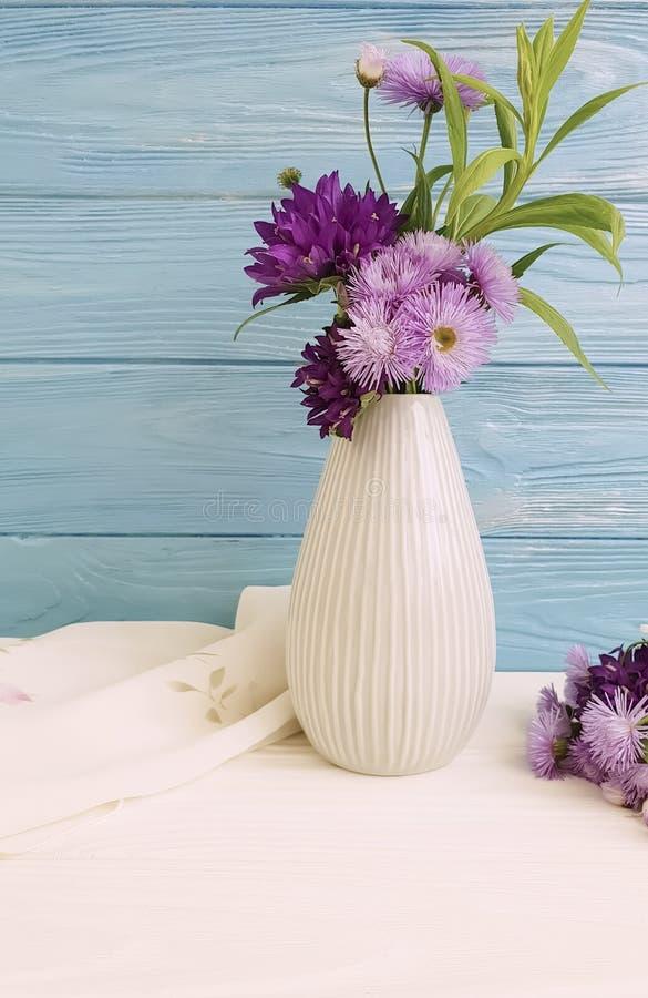 El florero florece la campana, arreglo púrpura del crisantemo en un fondo de madera imágenes de archivo libres de regalías