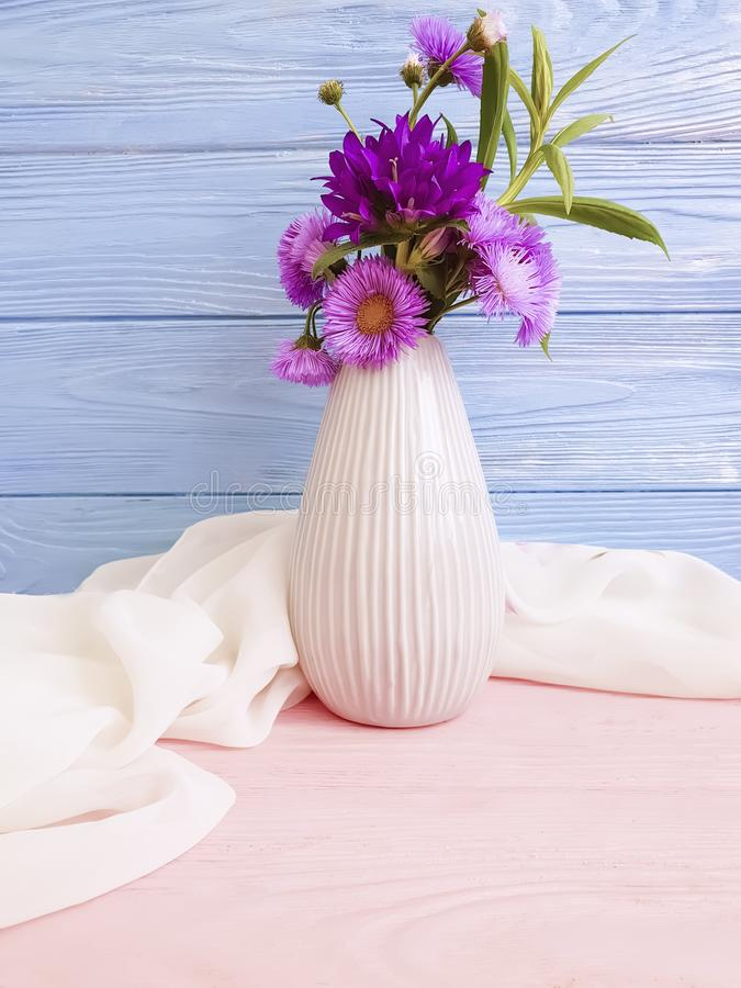 El florero florece la campana, arreglo romántico del crisantemo de la elegancia púrpura en un fondo de madera fotografía de archivo libre de regalías