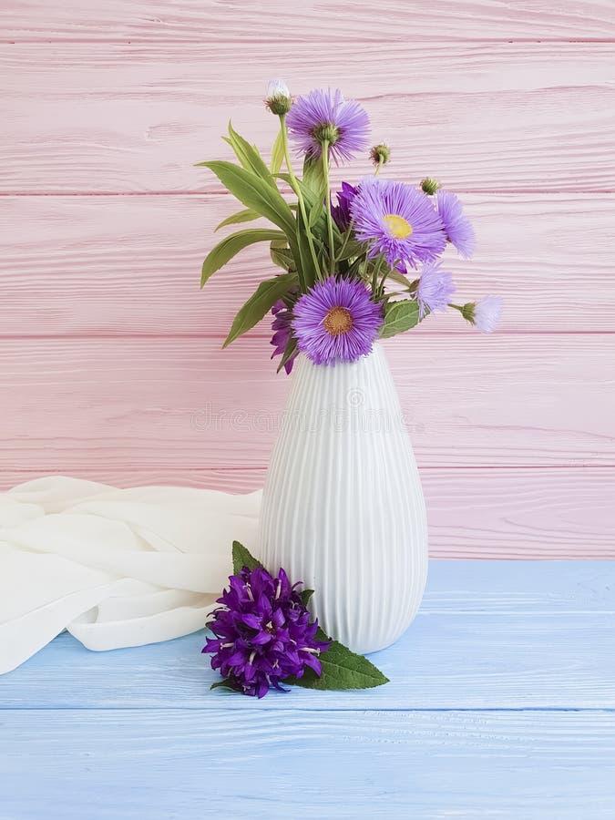 El florero florece la campana del ramo, arreglo decorativo del crisantemo de la primavera del diseño de la belleza bonita púrpura imagen de archivo