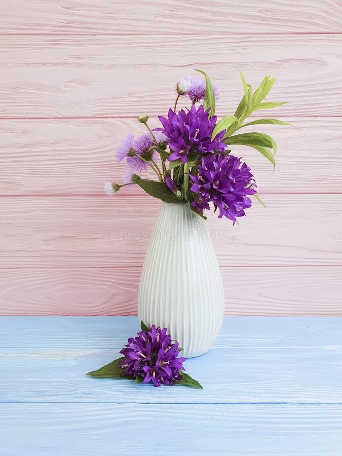 El florero florece la campana del ramo, arreglo decorativo del crisantemo de la primavera del diseño floral de la belleza púrpura fotografía de archivo libre de regalías