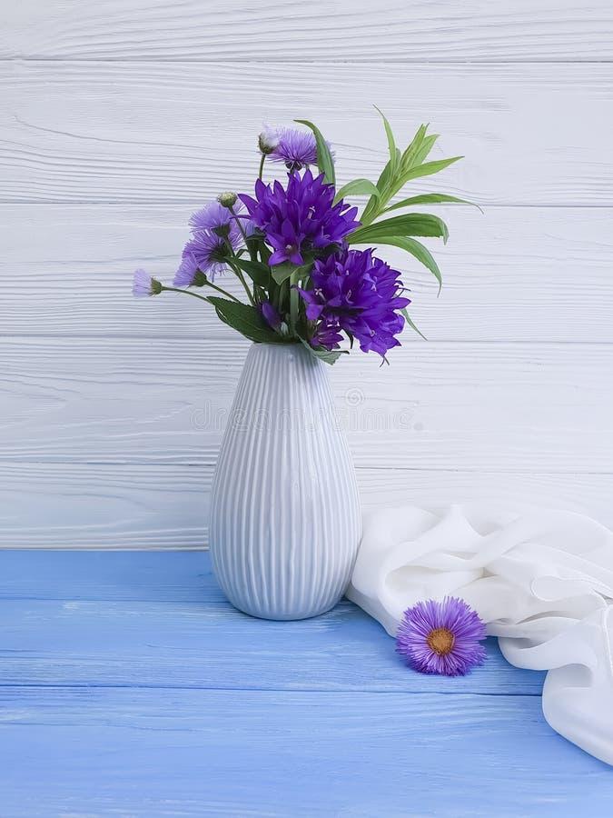 El florero florece la campana del ramo, primavera púrpura de la belleza del minimalismo en un fondo de madera fotos de archivo