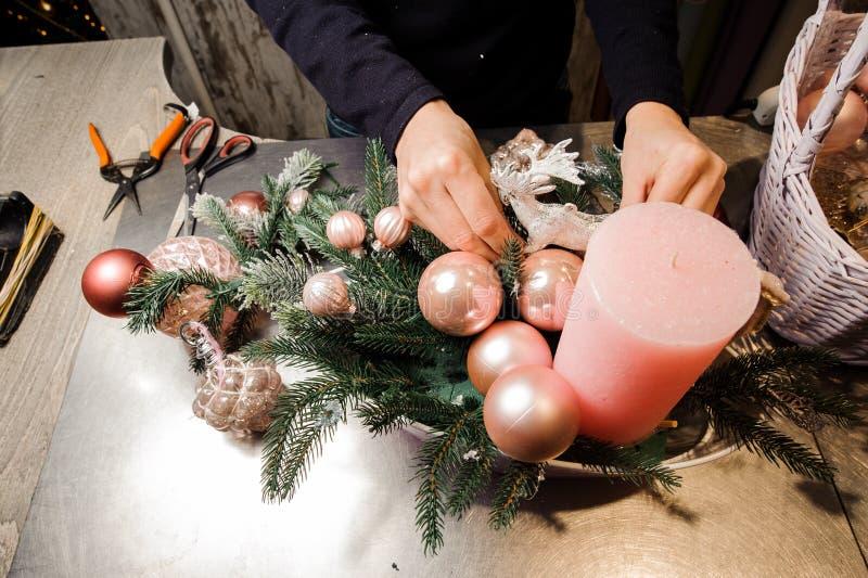 El florista da la fabricación de una composición elegante de la decoración de la Navidad imagen de archivo libre de regalías