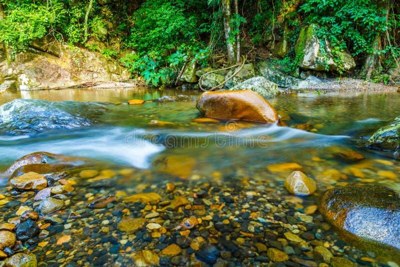 El fluir brillante del agua fotografía de archivo