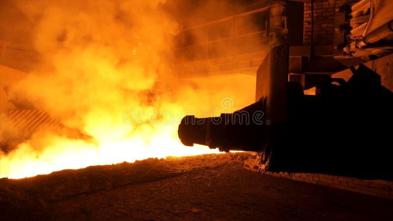 El fluir de acero fundido en cucharón con muchos sparcles y vapor, concepto de la industria pesada Planta siderúrgica moderna y m fotos de archivo libres de regalías