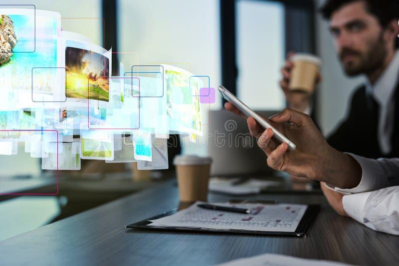 El fluir de Internet del concepto del teléfono móvil imágenes de archivo libres de regalías