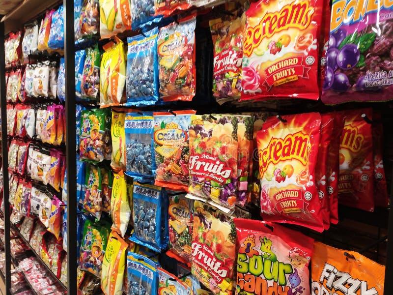 El foco seleccionado de los dulces que se han empaquetado y se han colgado en venta fotografía de archivo
