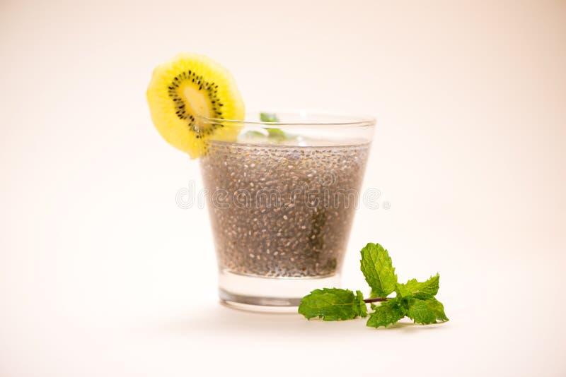 El foco selectivo de las semillas del chia bebe con agua en gl transparente imagen de archivo
