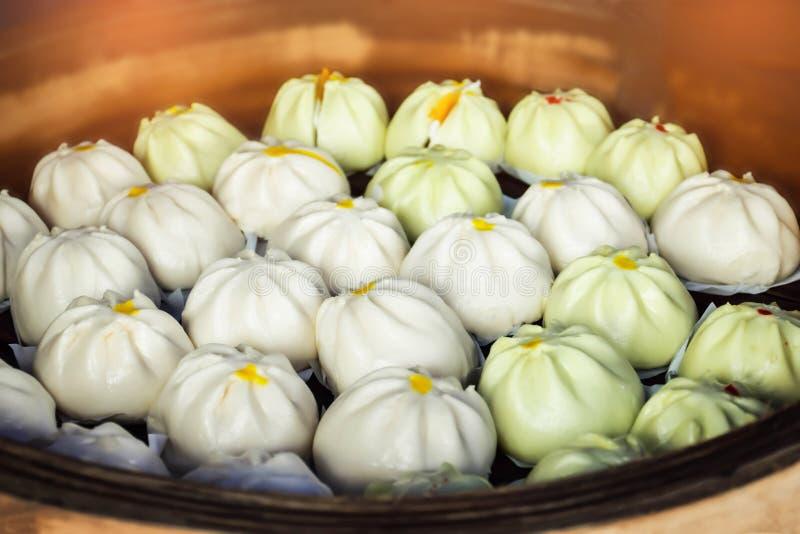 El foco suave del bollo cocido al vapor de la materia o del bollo chino que vende en el mercado libre tradicional, por el efecto  imágenes de archivo libres de regalías