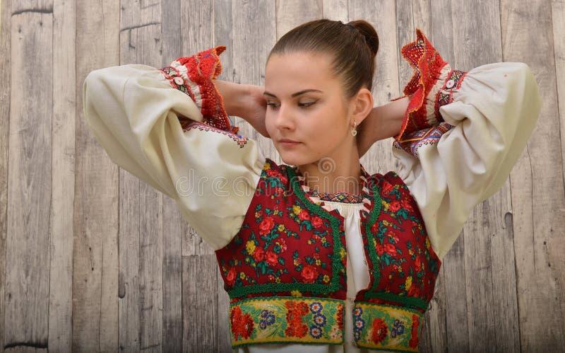El folclore eslovaco viste tradicional imagenes de archivo