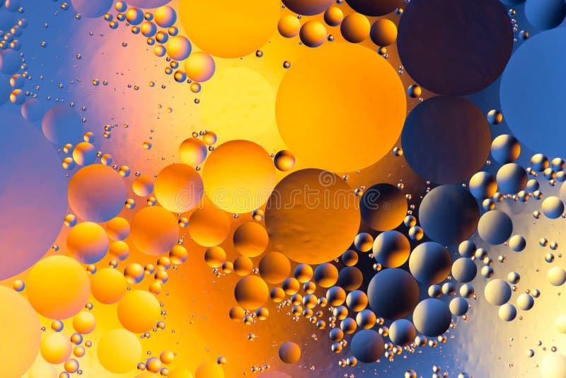 El fondo abstracto colorido con aceite cae en el agua foto de archivo