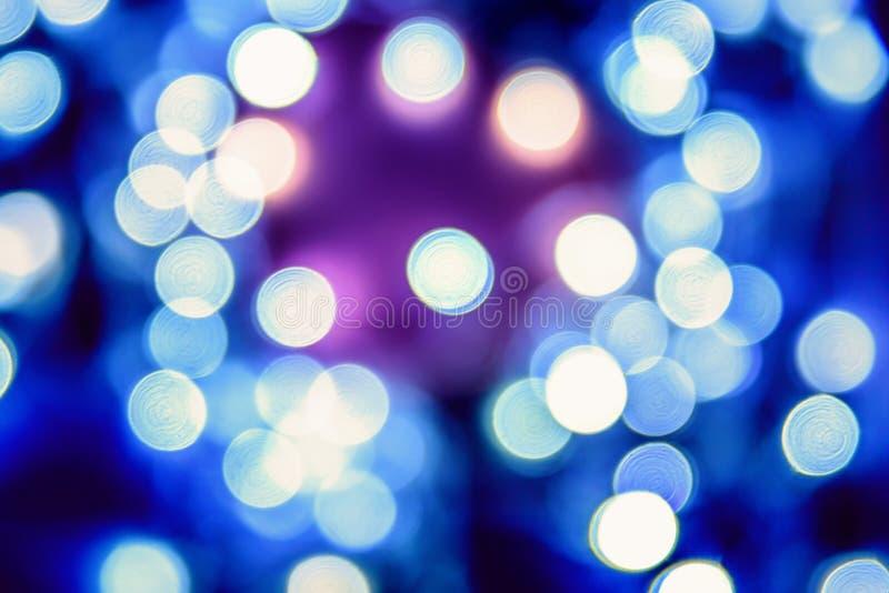 El fondo abstracto elegante de la Navidad festiva azul con el bokeh se enciende imágenes de archivo libres de regalías