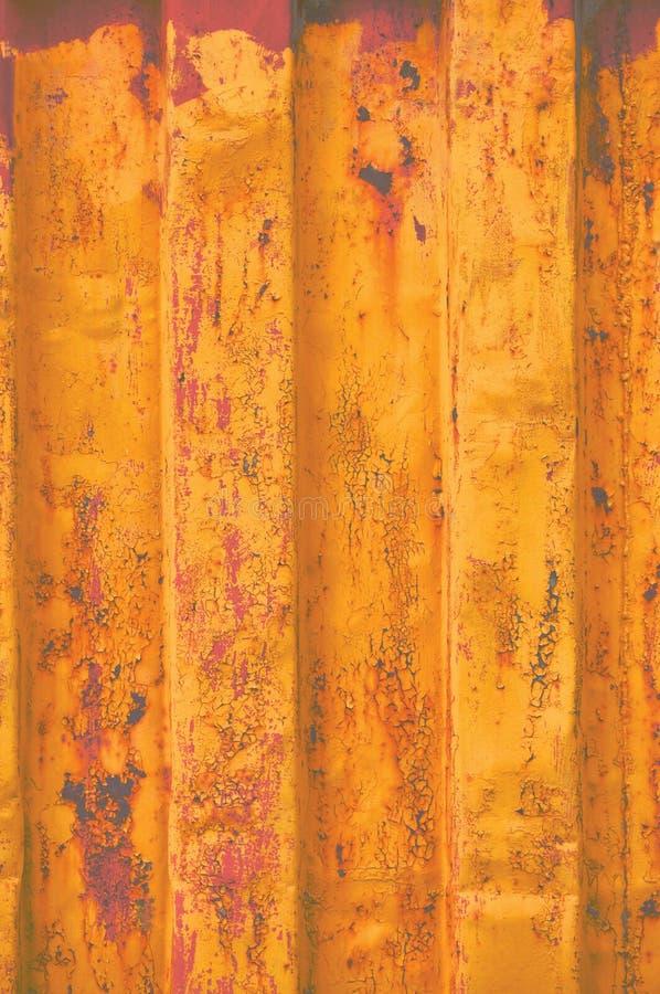 El fondo amarillo de contenedor de mar del grunge, modelo acanalado oxidado oscuro, capa roja de la cartilla, vertical aherrumbró imagen de archivo