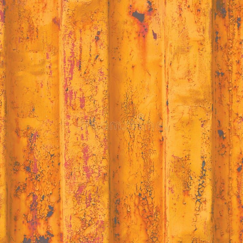 El fondo amarillo de contenedor de mar del grunge, modelo acanalado oxidado oscuro, capa roja de la cartilla, vertical aherrumbró foto de archivo libre de regalías