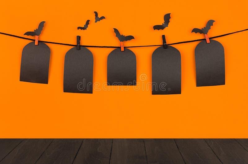 El fondo anaranjado de la diversión de Halloween con las etiquetas en blanco negras de la venta y el tablero de madera oscuro, im foto de archivo libre de regalías
