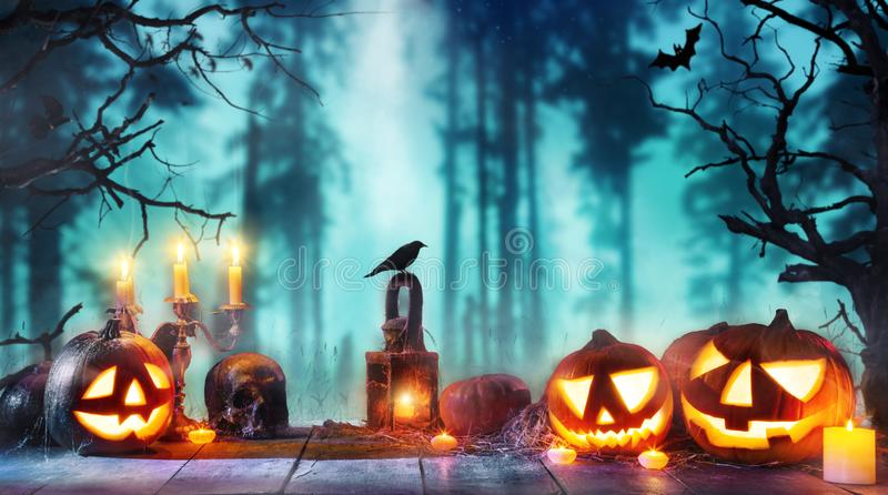 El fondo asustadizo del horror con las calabazas de Halloween levanta la linterna de o fotos de archivo
