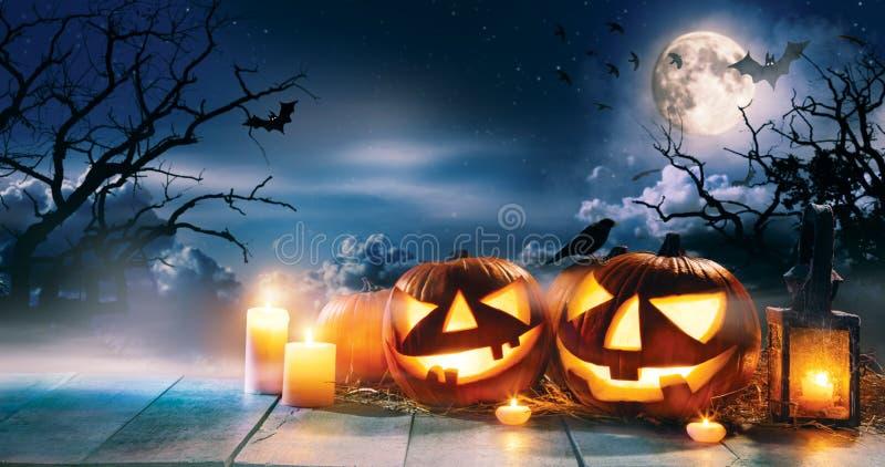 El fondo asustadizo del horror con las calabazas de Halloween levanta la linterna de o imágenes de archivo libres de regalías